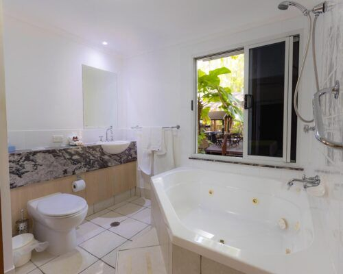 palm-cove-accommodation-spa-suite (4)