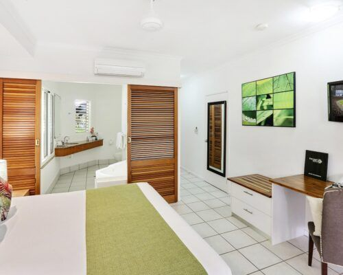 palm-cove-accommodation-superior-spa-suite (1)