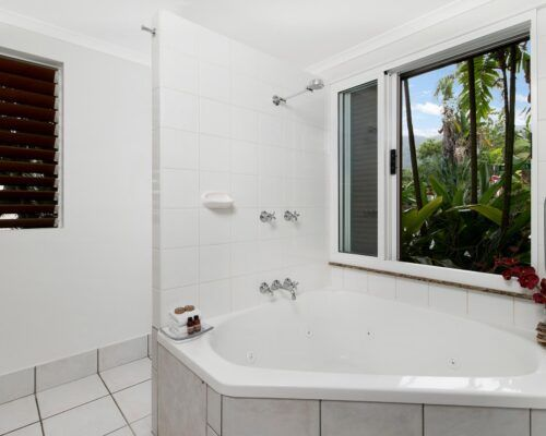 palm-cove-accommodation-superior-spa-suite-27 (3)